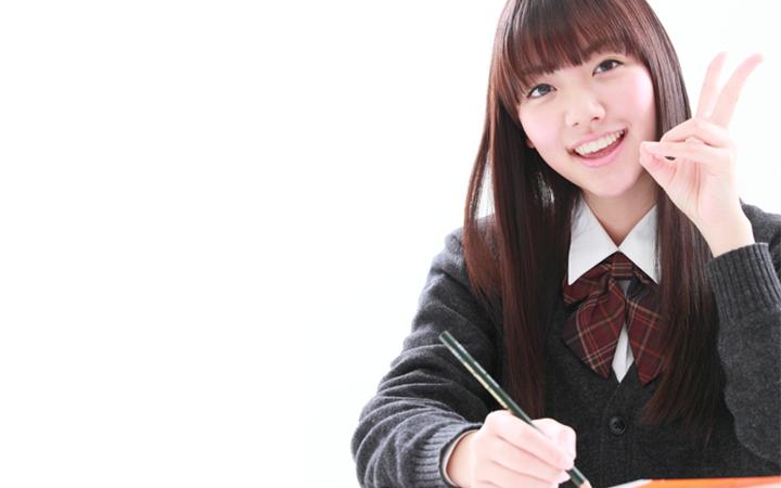 ピースサインをする女子高生
