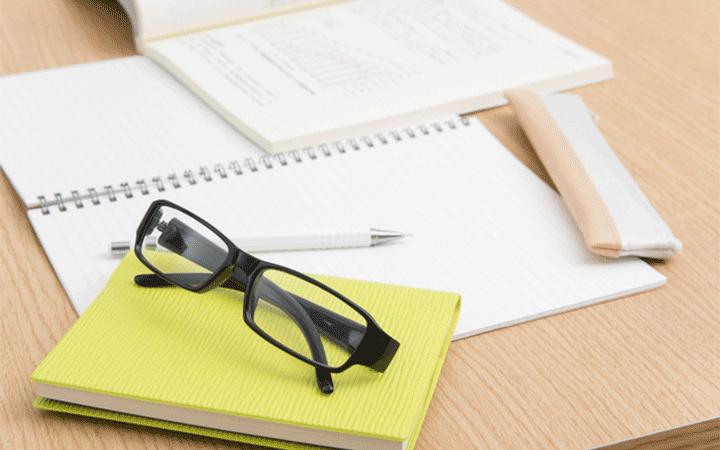 机の上のノートとテキスト